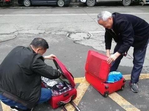 翻行李箱.jpg