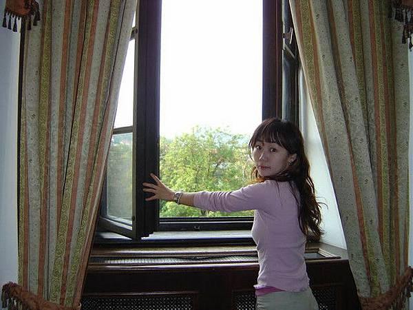 城堡飯店的窗戶..呼..好大