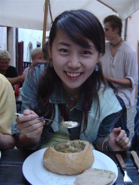 麵包裝的起士洋蔥湯...呴呴...有夠好喝的啦