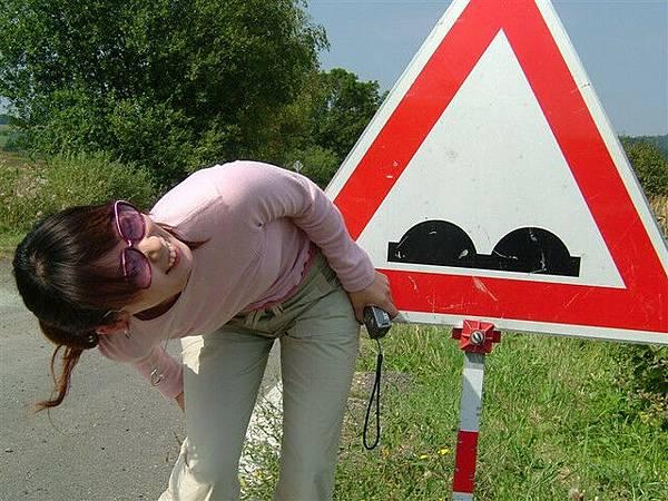 這個路標...很害羞...我想試著大反折來表示