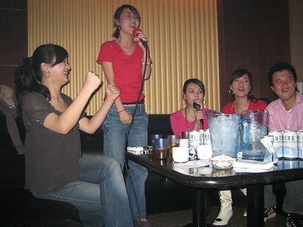 哈哈哈~~~阿猜一下我們在唱什麼歌~~~哈