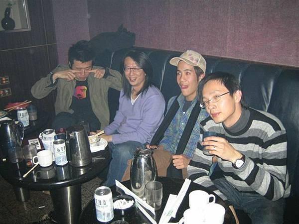 包廂太奇怪...這四個人是就看戲位置歐