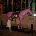 鼎鼎大名蘭桂坊...而且竟然有隻粉紅馬ㄟ