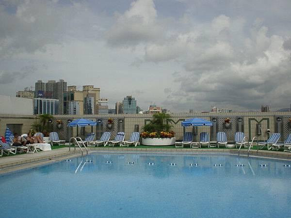 看起來很厲害的飯店樓頂高空泳池