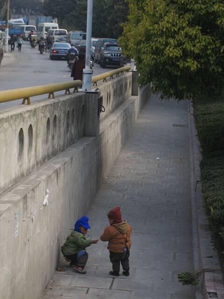 挖~~真的有小孩像功夫裡面那樣~在路邊就大了起來勒~~哈