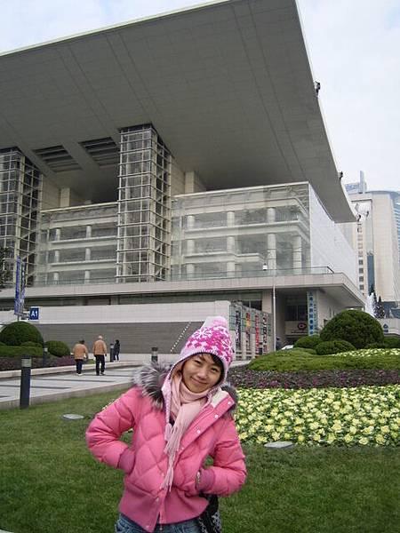 到了上海人民廣場附近勒