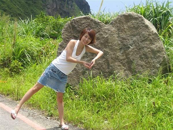 路邊的愛心狀大石頭
