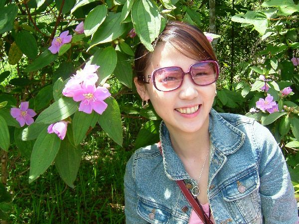 每個女生都喜歡跟大蕊花合照吧