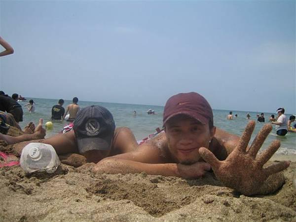 可憐的小朋友只能一直滾沙灘曬太陽勒