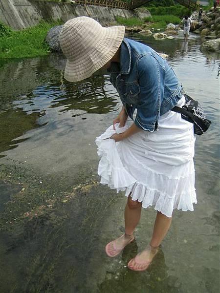 溪水超冰涼 上面曬太陽超熱 但腳冰的超爽  ㄏ