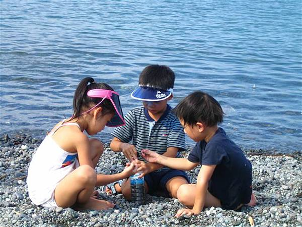 小朋友很可愛的在玩裝石頭齁...ㄟ...那裡面是他的尿ㄟ
