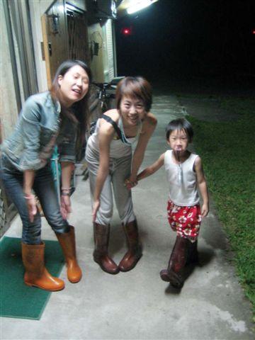 夜遊要穿雨鞋免得有蛇勒....嚇屬倫