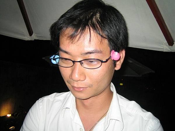 好啦~知道你眼鏡是鐵做的了啦!!章魚磁鐵也吸的住ㄟ哈哈哈 ...