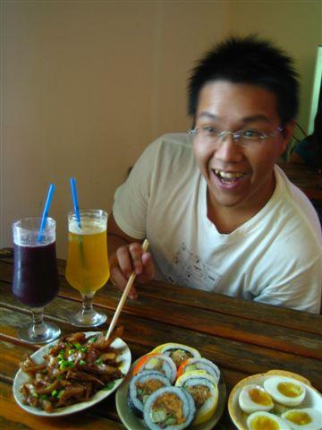 小胖每次跟食物照像都很像在拍HERE之類的