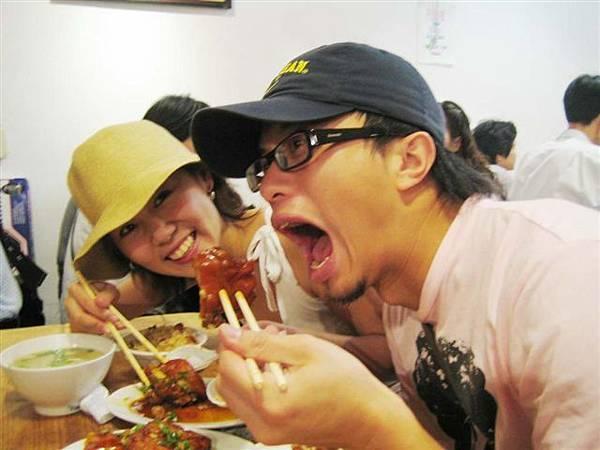 終於吃到四平街超好吃的豬腳飯囉!!!...