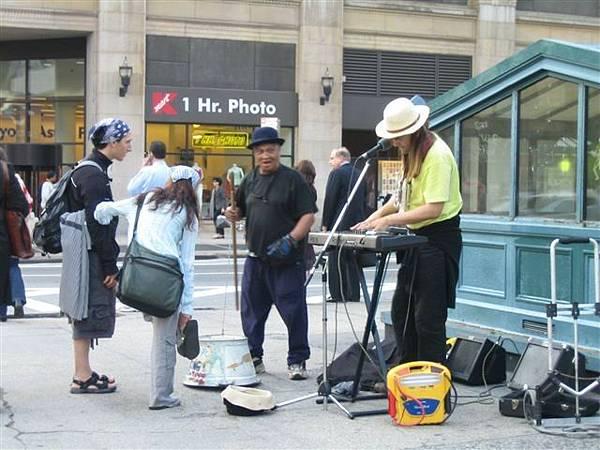 街頭藝人...黑老頭超屌..用水桶反過來加根木棒和繩子做弦...