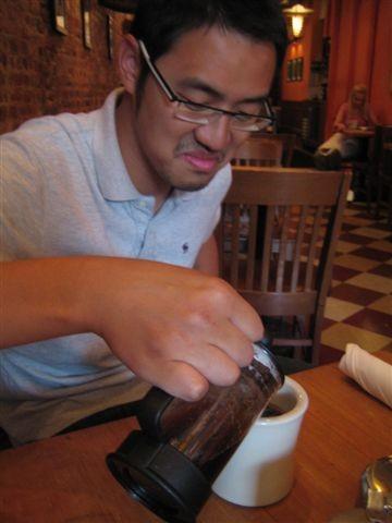 宣稱沒太喝過咖啡的軟權威被使家呼爛差點要喝咖啡渣