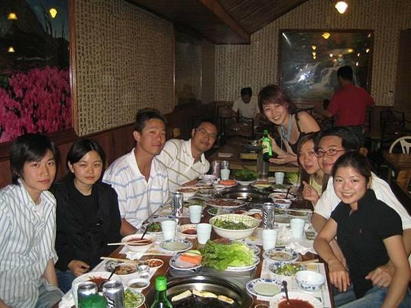 浩浩蕩蕩一群人...還好有韓國捧有會點菜