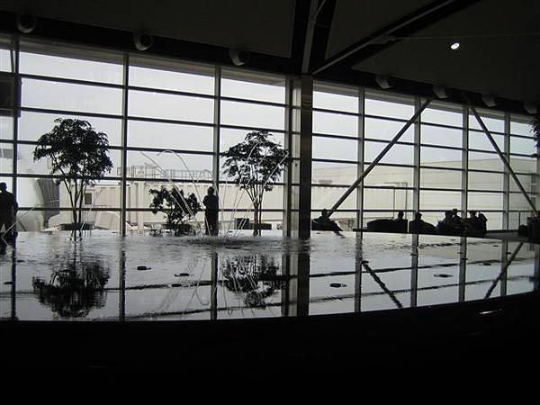 底特律機場...靠我怎麼那摸會照啦照成黑白風格的勒