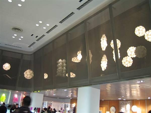 MOMA舖子裡的時尚燈群