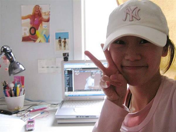 阿而且還一定也要戴上我的小粉紅洋基帽才行!!!哇哈哈