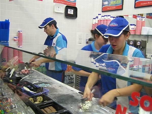 這個冰淇淋很妙唷!!選口味選要MIX進去的