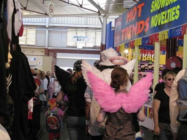 有的沒的造型用玩具一堆~~各色翅膀很想買跟JAJA搭配說~...