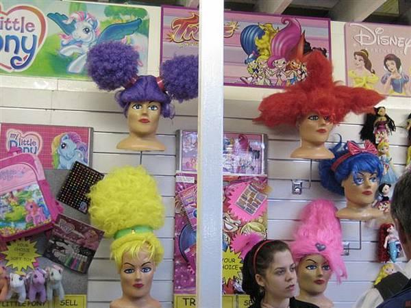 這個要賣假髮的頭也未免太可怕了吧~~型男就對歐~噁~~
