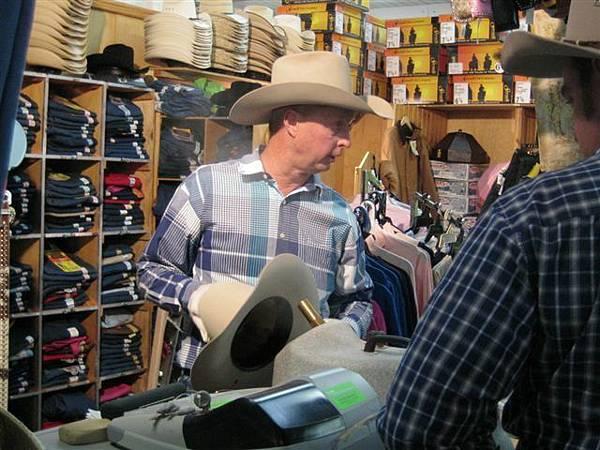 原來牛仔帽就是用蒸氣凹出帥氣形狀搭~~!!