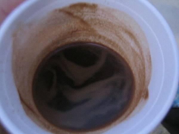 看吧~~泥土還在跟人家裝咖啡!!!哼)))