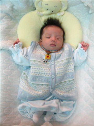 好可愛唷~~手張開開的睡~阿還有小襪子搭配~~