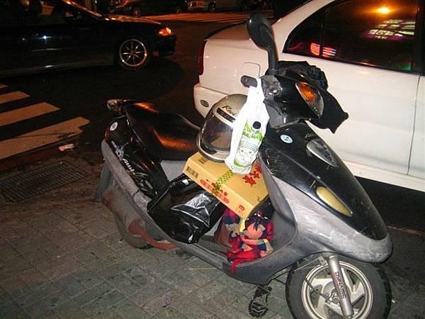 很酷ㄟ!!!什麼都能載上車!!!這個業務員街友真的厲害