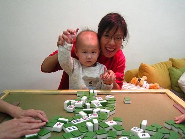而且還沒三歲就愛打牌~~呵呵呵