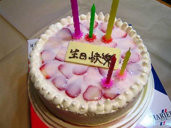哈哈~先訂好的馬利葉蛋糕!!雖然亂插的有點醜