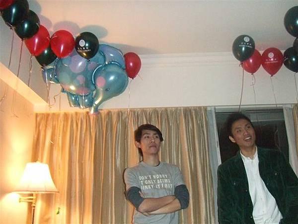 房間只剩下氣球有跨年氣氛了.....