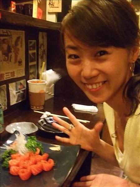 鮭魚生魚片很新鮮~還捲捲的看起來就討喜~~哈