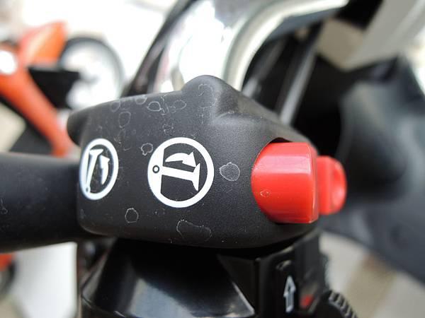 1.電動駐車按鈕(E-Moving紫)