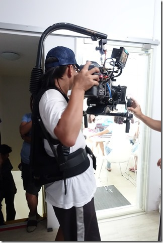 好專業的攝影機背心,有種機器戰警的FU