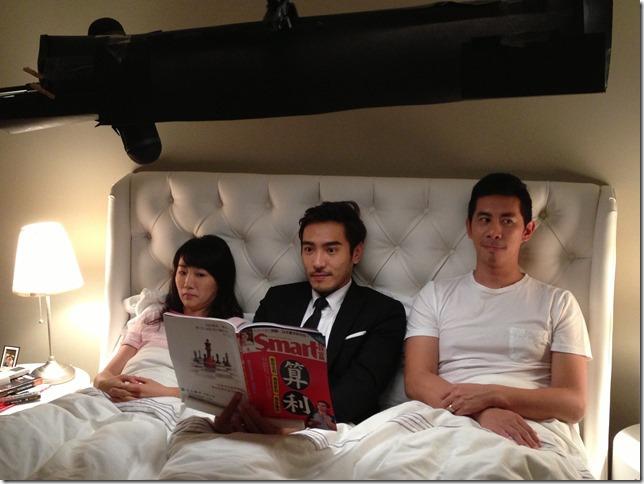 三個成人擠在一張床上真得有種莫名的怪感