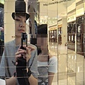 夢時代的鏡面柱子很有趣