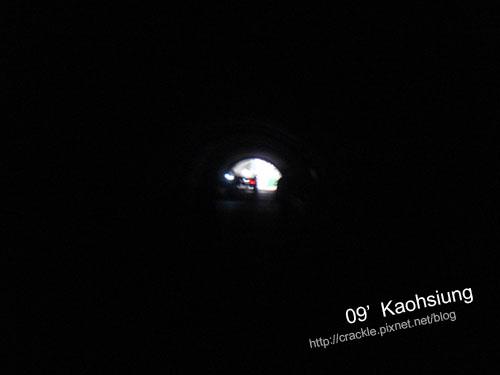 隧道裡一片漆黑