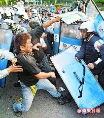 2008民進黨圍城爆發流血衝突,數百名群眾昨天下午在北市景福門攻擊警察-3.jpg