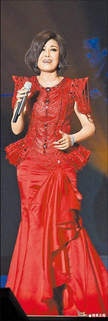 江惠_2011-0326_ 《海外初登場》江蕙在新加坡穿一襲新訂作的紅色美人魚裝出場。.jpg