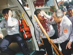 2008圍城遊行變調,警民爆發流血衝突,中正一分局督察組長于增祥隻身站在盾牌前呼籲群眾理性.jpg