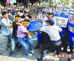 2008民進黨圍城爆發流血衝突,數百名群眾昨天下午在北市景福門攻擊警察-4.jpg