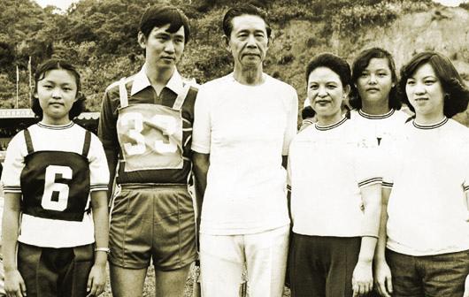 王永慶(左三)帶頭跑步,曾帶著三娘李寶珠(右三)和子女參加台塑運動會五千公尺長跑。.jpg