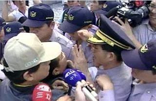 吳伯雄將宴陳雲林,飯店前又爆衝突。