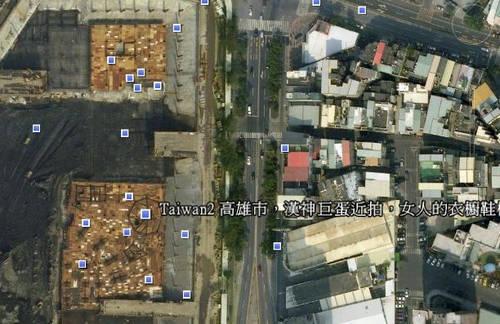 Google_Earth 5.0-高雄市的小巨蛋地點,但是圖資似乎有點老舊,圖像中的小巨蛋與漢神巨蛋百貨仍然興建中的狀態.jpg