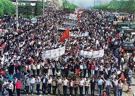 六四事件-五四大遊行。約七千名北京師範大學學生遊行到達天安門廣場。1989-5-4.jpg