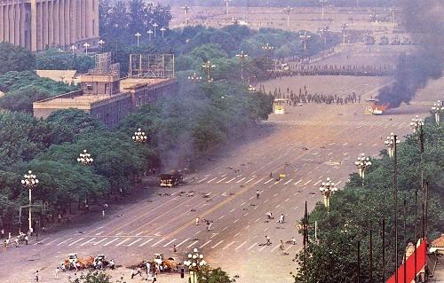 六四事件-六四早上軍隊在長安街上掃射,市民英勇抵抗。照片中可見數位市民中彈躺在長安街上,其他人在搶救傷員.jpg